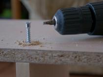 Использование конфирматов в сборке корпусной мебели для гостиной