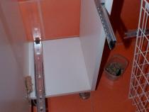 Крепление направляющих корзины на фасад шкафа пенала