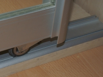 установка нижних роликов двери