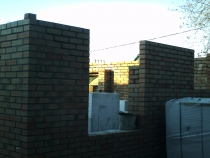 Угол дома из кирпичной колоны