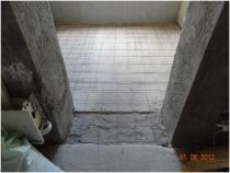 Установка армированной сетки для стяжки