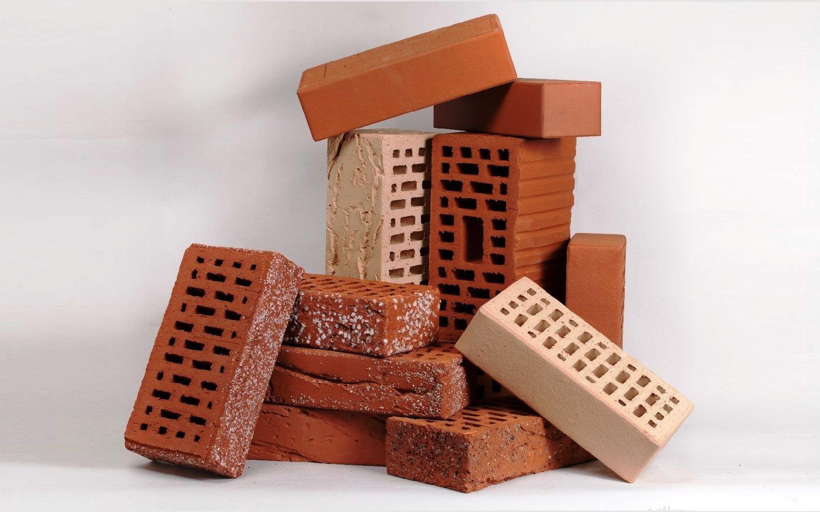 Кирпич уже давно стал использоваться людьми как строительный материал. В этой статье изучаем его виды и методы производства этого стройматериала