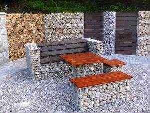 Габионы - это сетчатые изделия, похожие на большие стальные корзины, обычно заполненные камнями различных форм и цветов, что дает возможность оригинального обустройства сада.