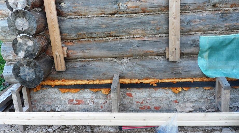Обшивка бревенчатых стен вагонкой (инструкция и фото): Строим «завалинку»: По высоте они поменьше, чем противоположная часть каркаса завалинки, прибитой к дому. Расстояние наклона верхней части завалинки получилось примерно 30 см.