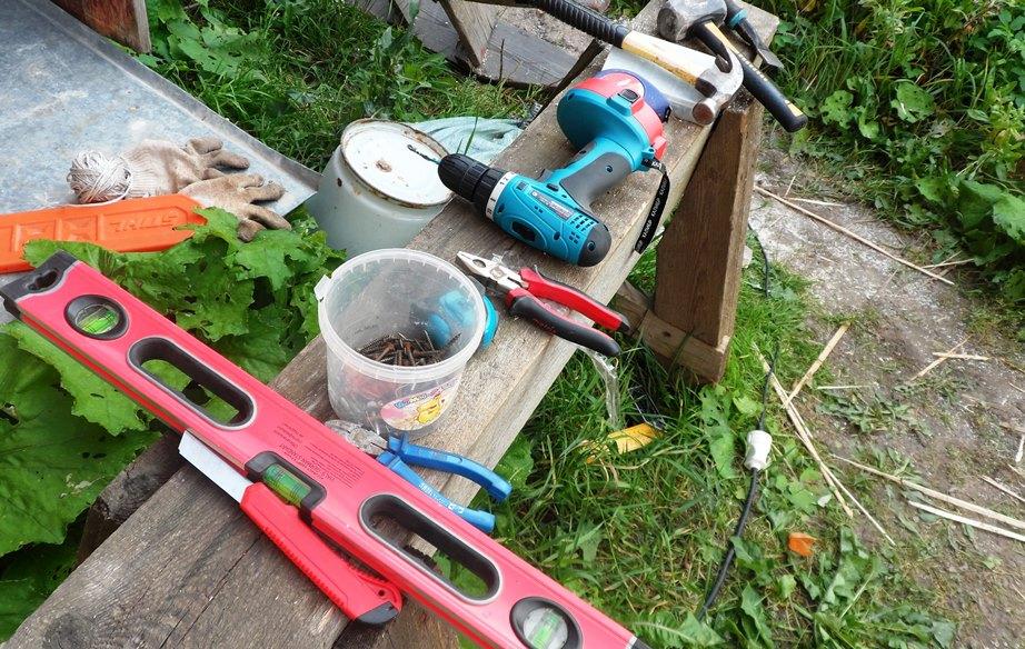 Несём необходимые инструменты: Шуруповерт; Бензопила; Молоток; Киянка; Строительный уровень; Оцинкованные гвозди на 50, чтобы древесина не потемнело.
