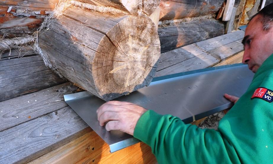 Обшивка бревенчатых стен вагонкой (инструкция и фото): Строим «завалинку»: Сам оцинкованный отлив крепим саморезами на обрезную доску.