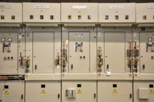 Камера типа КСО это электрооборудование, являющееся незаменимой частью трехфазной сети. Используется для приема и распределения тока.